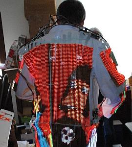 Selbstbau für 20.000 Dollar: T-Shirt mit LED-Bildschirm