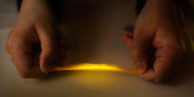 Kunststoff leuchtet bei Verformung