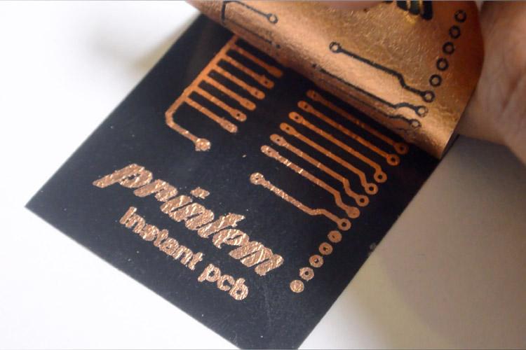 Einfach Deckblatt abziehen. So sieht eine Platine aus dem Tintenstrahldrucker aus.
