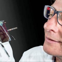 Dr. Mark Keevers mit einem vierschichtigen, spektralteilenden Modul. Quelle: UNSW