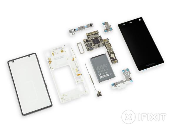 Fairphone 2 auseinandergenommen. Bild: iFixit