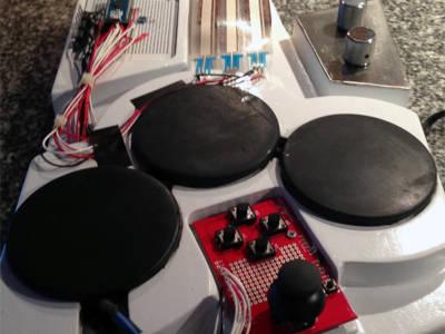 Mit seinen Drumpads erinnert das Gerät kaum noch an eine herkömmliche Gitarre
