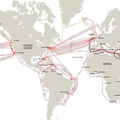 Karte von in Meeren verlegten Internet-Kabeln. Von Alexander van Dijk. CC-BY-Lizenz.